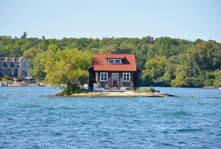 Tek Oda Yeter Adası / Just Room Enough Island