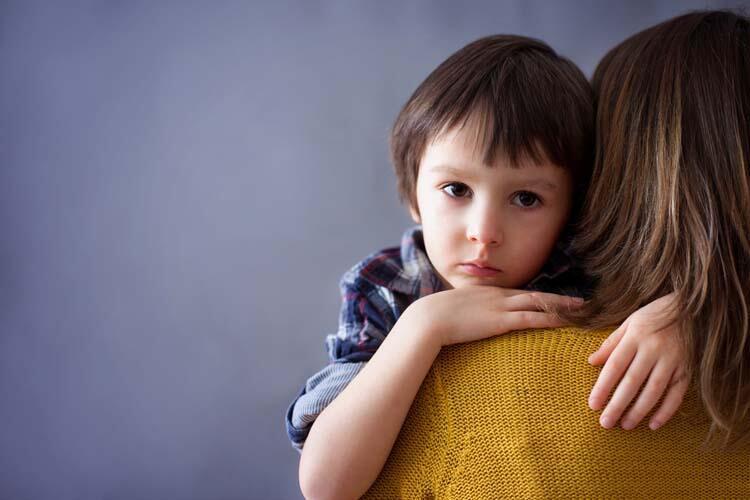 Korku ve kaygı yaşayan çocuklarda hangi belirtiler görülür