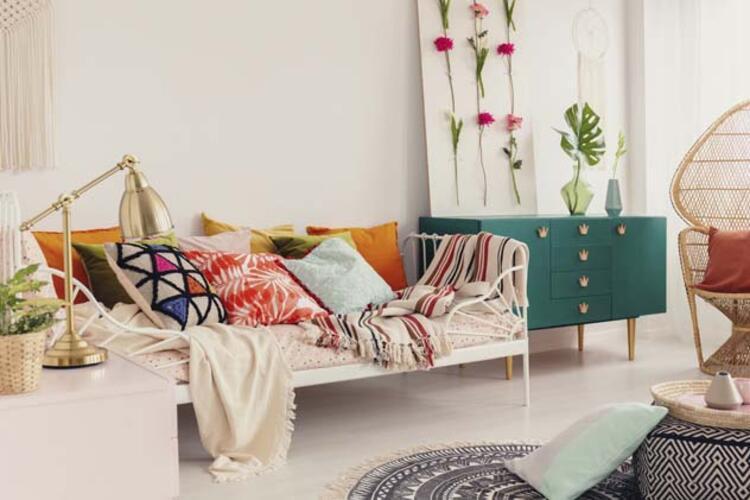 Tüm mobilyaların duvarlar boyunca istiflenmesi