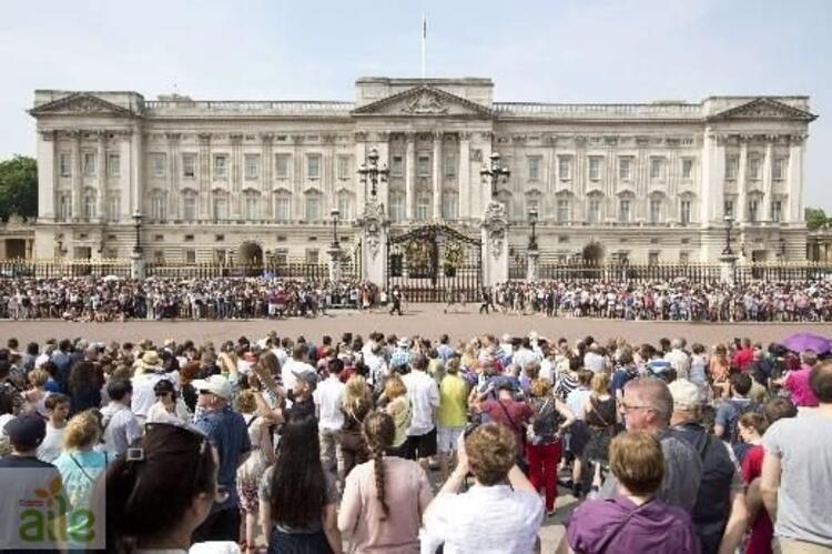 Cambridge Düşesi Kate bir erkek bebek dünyaya getirdi.