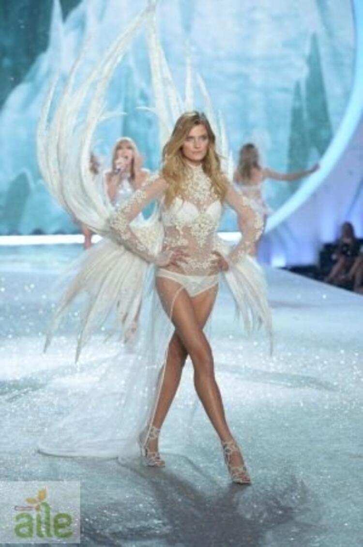 Victoria's Secret meleklerinin büyüleyen yılbaşı defilesi