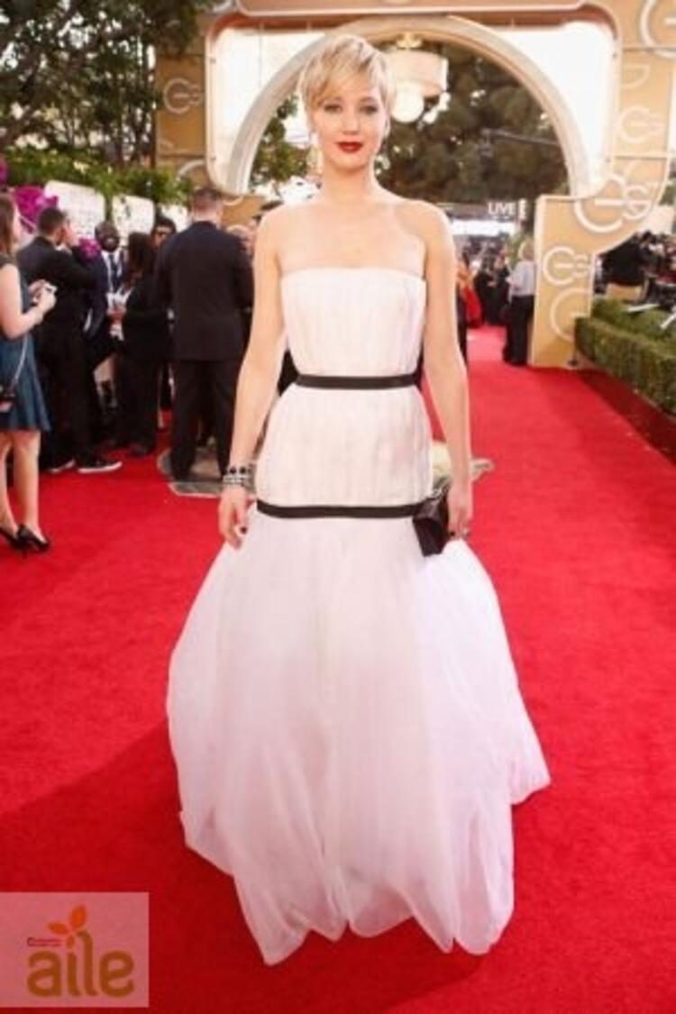 Jennifer Lawrence Christian Dior elbisesiyle