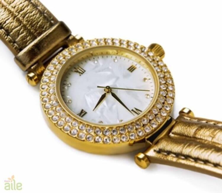 Oval kadranlı altın rengi metal kordonlu bayan kol saati