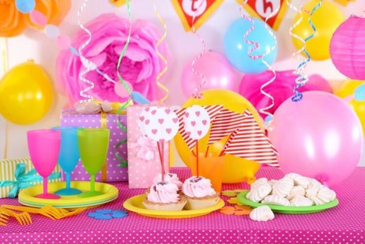 Renkli doğum günü süslemeleri