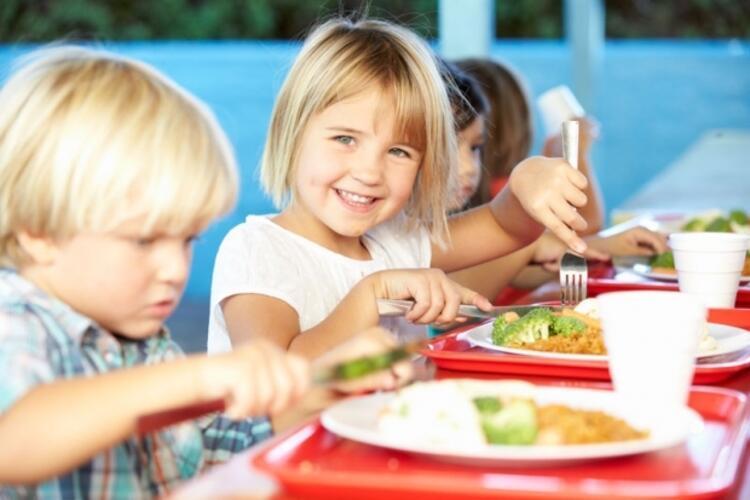 Çocuklar günde 4 öğün yemek yemeli