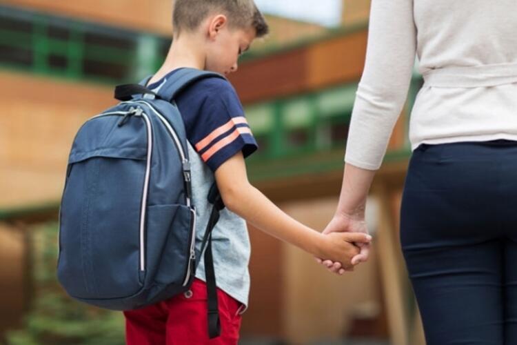 Çocukların taşıdığı ağır çantalara dikkat