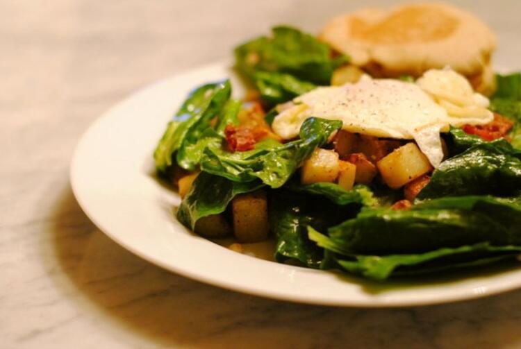 Yumurtalı ıspanak salatası
