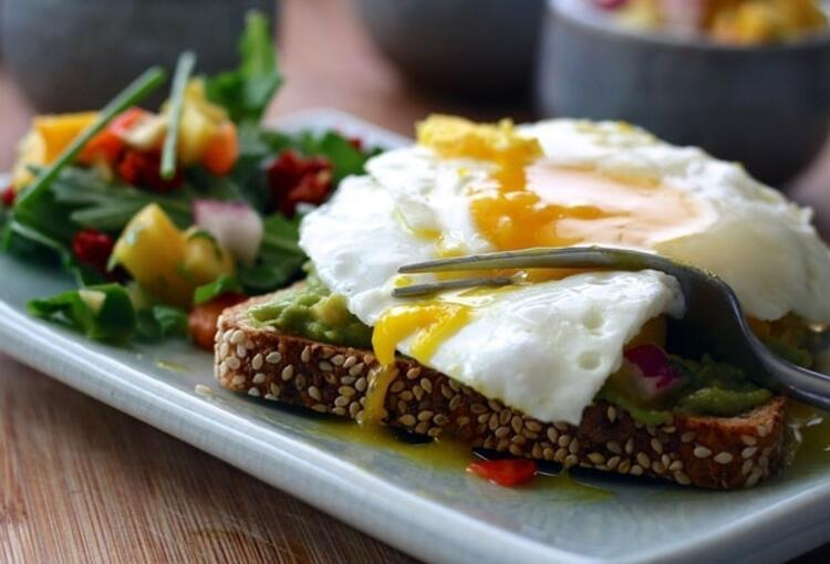 Avokadolu yumurta dilimleri