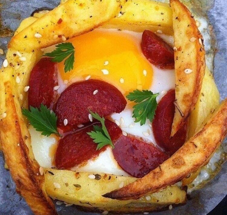 Patates hapsinde sucuklu yumurta