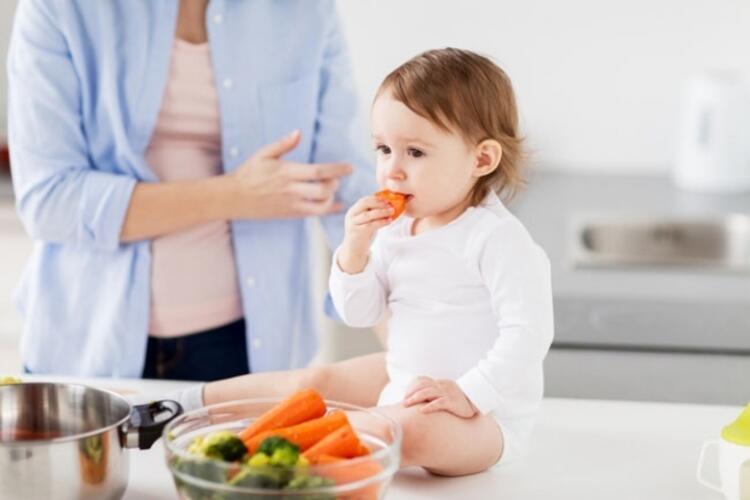 Tel süzgeç veya doğrayıcı kullanılmamalı, her şey bebeğin eline verilmelidir