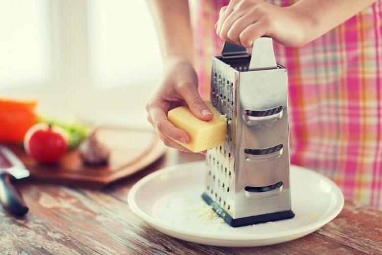 7. Yumuşak peyniri rendeleyin