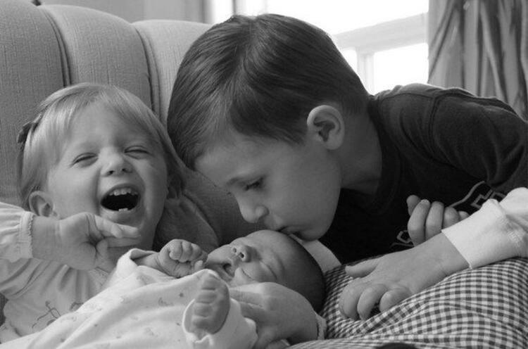 Yenidoğan kardeşleriyle ilk kez tanışan minikler