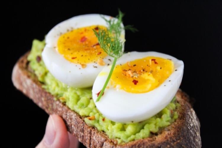 Kendinize sağlıklı besinlerden oluşan bir kahvaltı düzeni oluşturun
