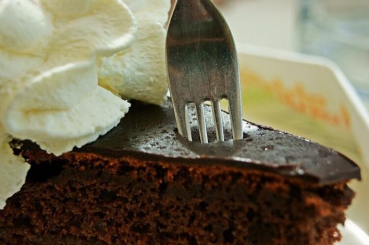 Sağlıksız yüksek kalorili besinleri göz hizasında tutmak