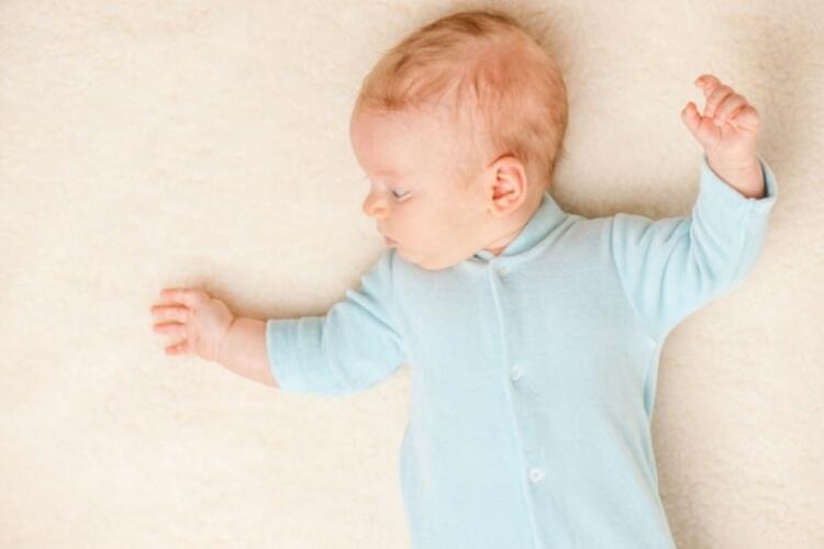 Bebeğin giysileri açık renkli ve pamuklu olmalı
