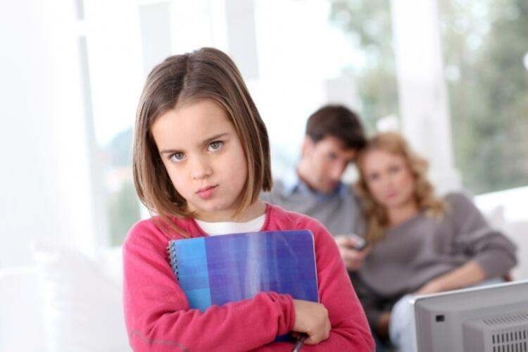 """Yanlış 4: """"Bak komşunun çocuğu, kardeşin kendisine söylenmeden odasına gidip dersini çalışıyor, sen eline hiç kitap almıyorsun. O üniversiteye gidecek, sen ancak oyun oyna"""" gibi kıyaslamalar"""