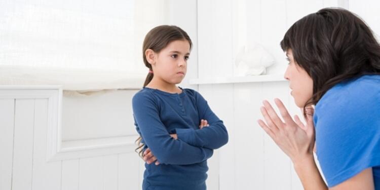 """Yanlış 5: """"Yaramazlık yapma yoksa seni polise veririm, doktor sana iğne yapar"""" gibi söylemler çocukların uslu durmasını sağlar."""