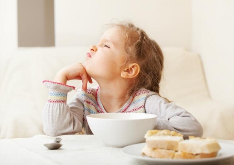 """Yanlış 6: """"Çocuğum yemek yemiyor; her yemesine karşılık ödül veririm, onu telefonla tabletle oyalayayım da çaktırmadan kaşıkla yemek yedireyim, yeter ki yesin aç kalmasın."""""""