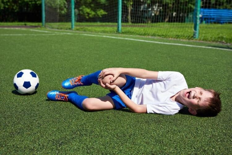 Yanlış: Spor yaparken çarpma veya burkulma sonrası kırık oluşursa çocuk ağrıdan yerinde duramaz