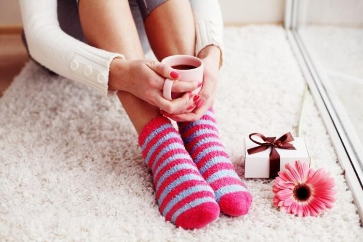 Pamuklu ve teri emebilen çoraplar giyin: