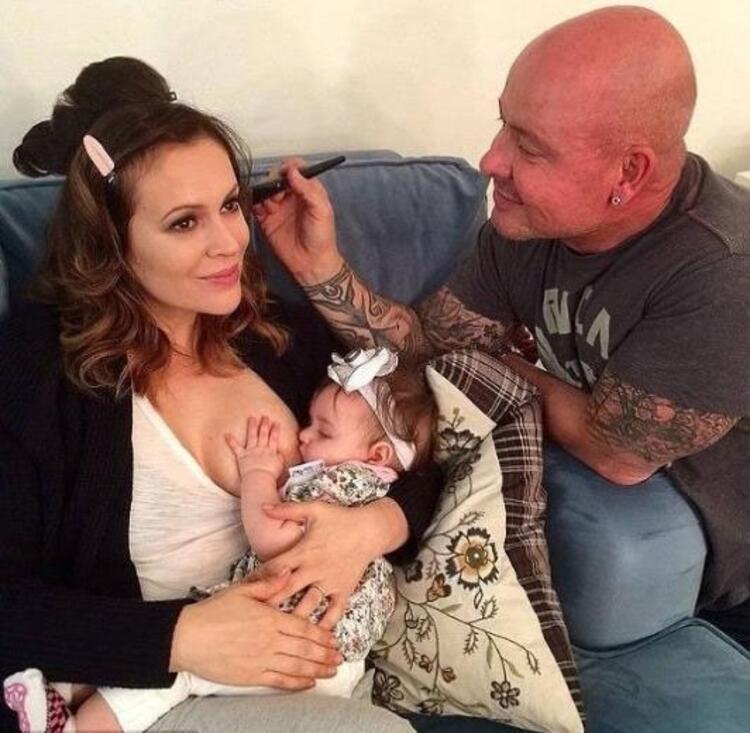 Alyssa Milano, kızı Elizabellayı emzirken