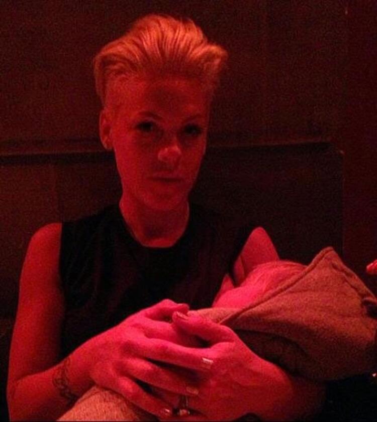 Ünlü şarkıcı Pink, kızı Willow Sage Hart emzirirken poz vermişti