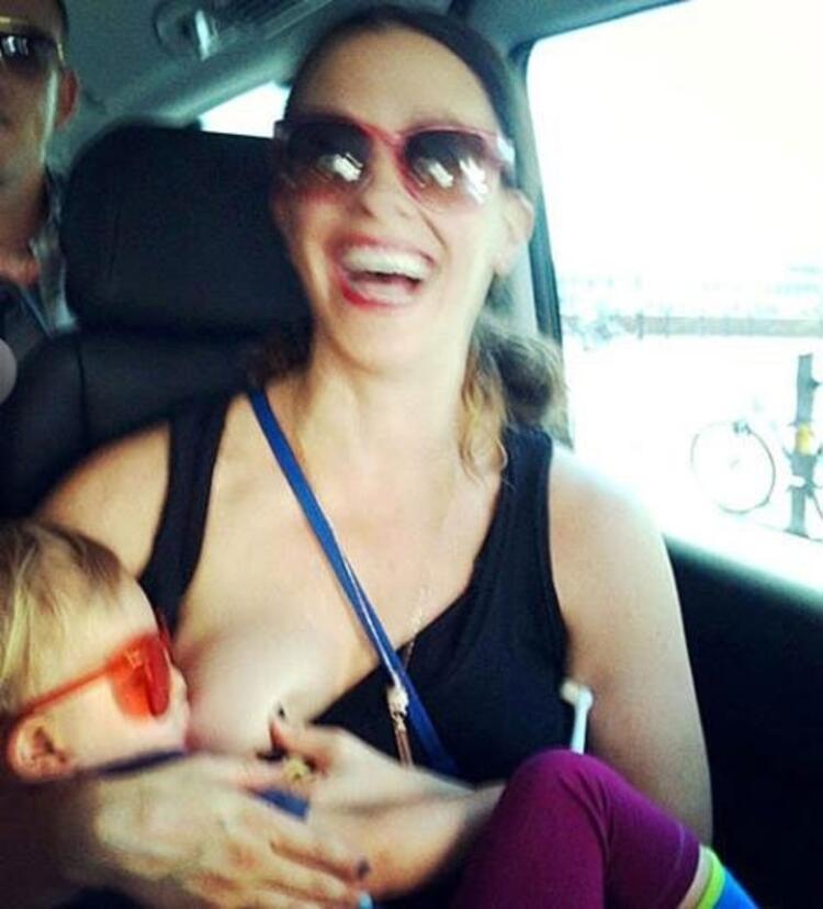 Alanis Morissettede bebeğini emzirirken çektiğini fotoğrafını sosyal medya hesabında paylaşmıştı