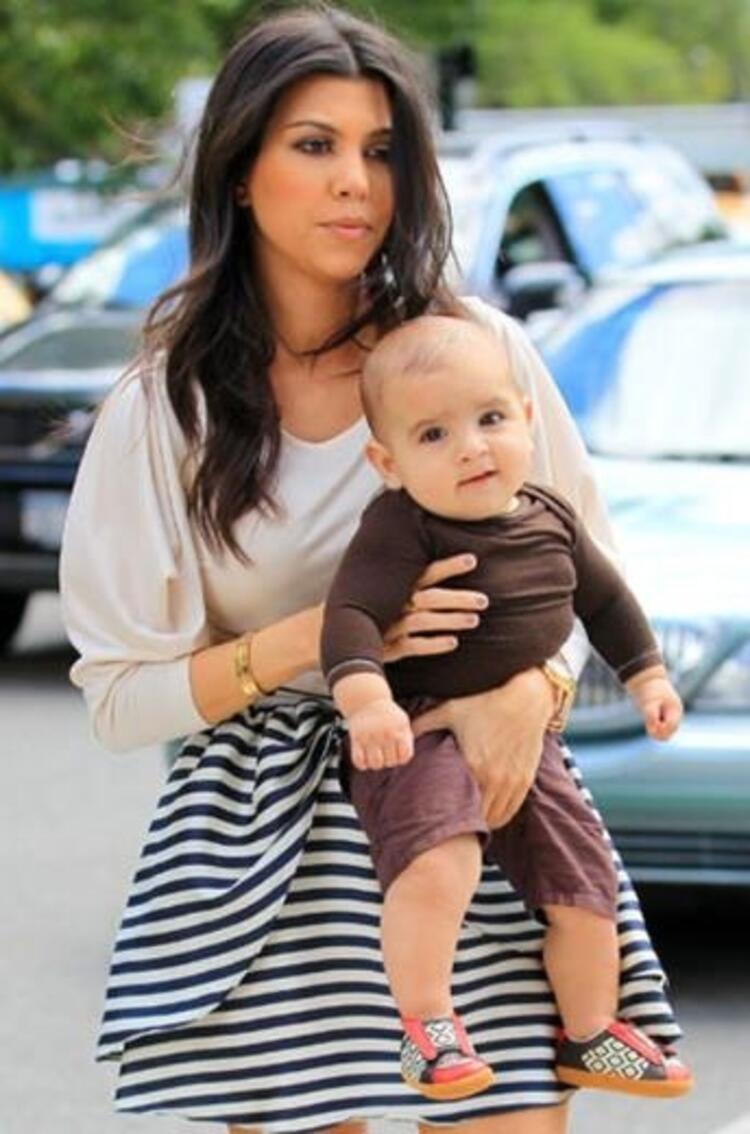 Kourtney Kardashianda bebeğini emzirirken poz veren annelerden
