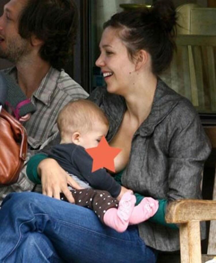 Maggie Gyllenhaal da kızı Ramonayı emzirirken objektiflere takılmıştı