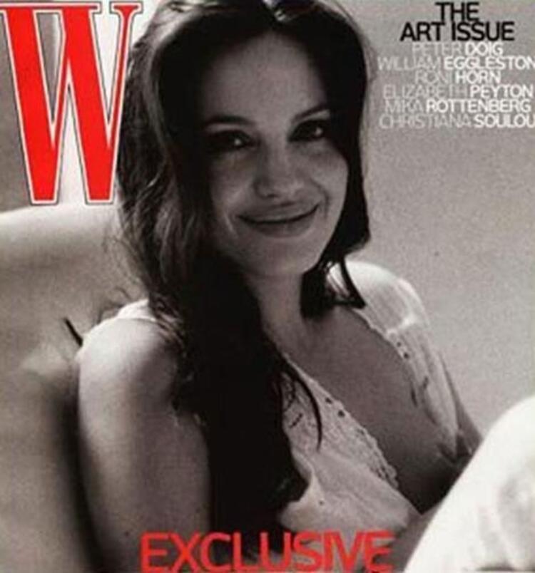 Angelina Jolie, ikiz bebeklerinden birini emzirirken dergi kapağına poz vermişti.