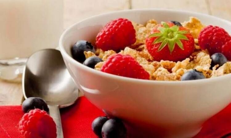 2. Sağlıklı besinler tüketin ve işlenmiş abur cuburdan uzak durun