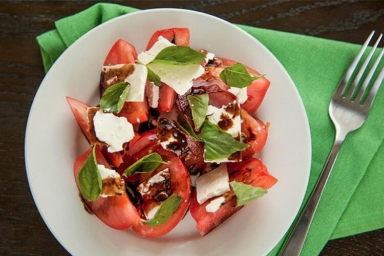 Fesleğenle dilimlenmiş domates