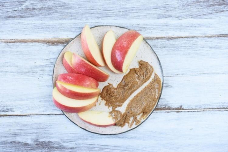 Elma dilimleri ve badem yağı