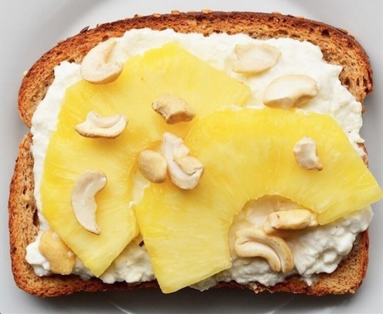 Ananas, kaju ve peynirli tost