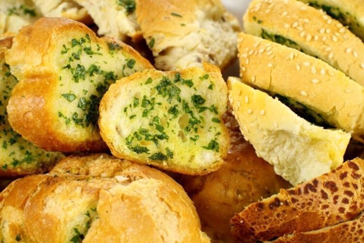 İster yemeklerden önce, isterseniz çay yanına ya da atıştırmalık olarak sarımsaklı ekmekler...