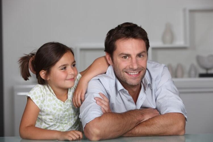 Zayıf baba-kız ilişkisi riskli davranışlara neden oluyor