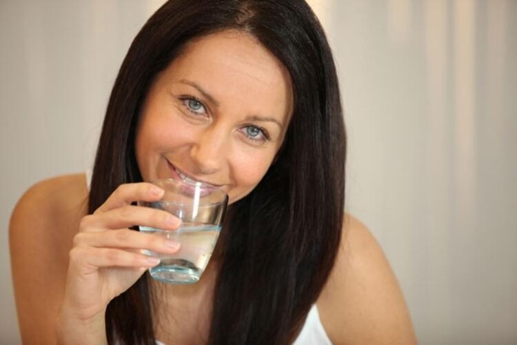 Küçük yudumlarla su tüketimi alışkanlığı kazanılabilir