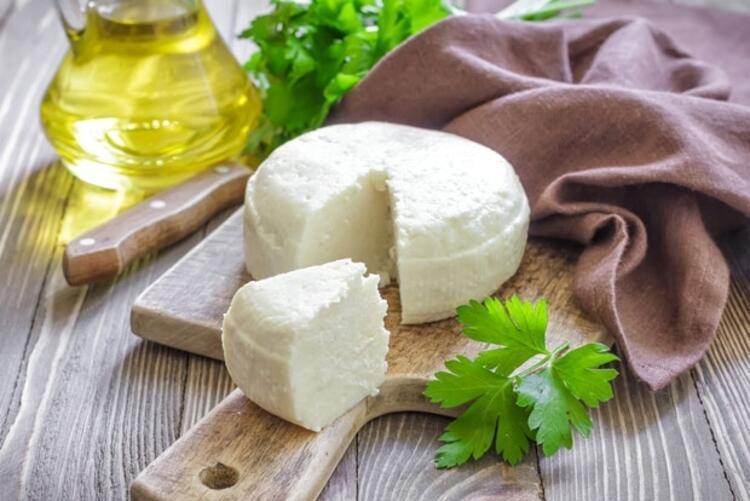 6-Beyaz peynirin dağılmaması için bıçağı ıslatın