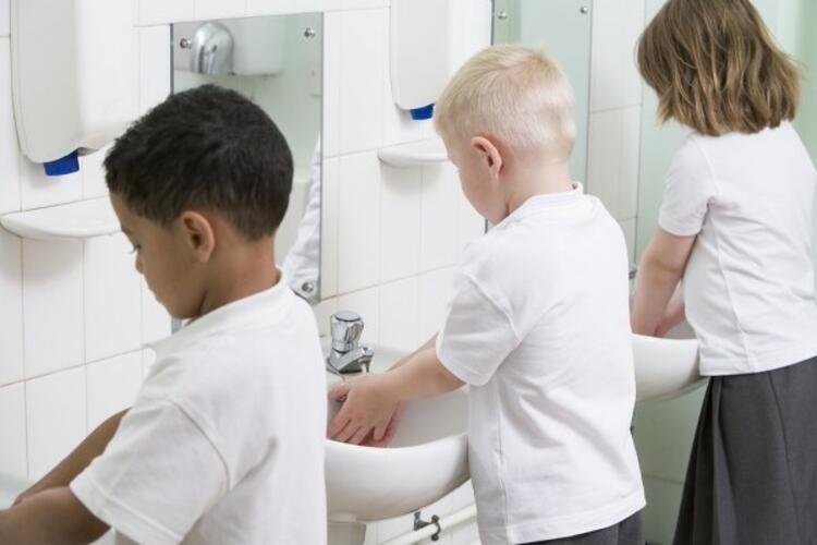 Çocuklara hijyen konusunda sorular sorarak kontrol etmek mümkün