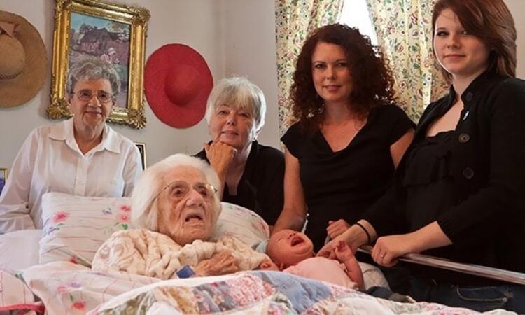 Doğan bebek ve 6. jenerasyona geçen ailenin en yaşlı üyesi (111 yaşında)