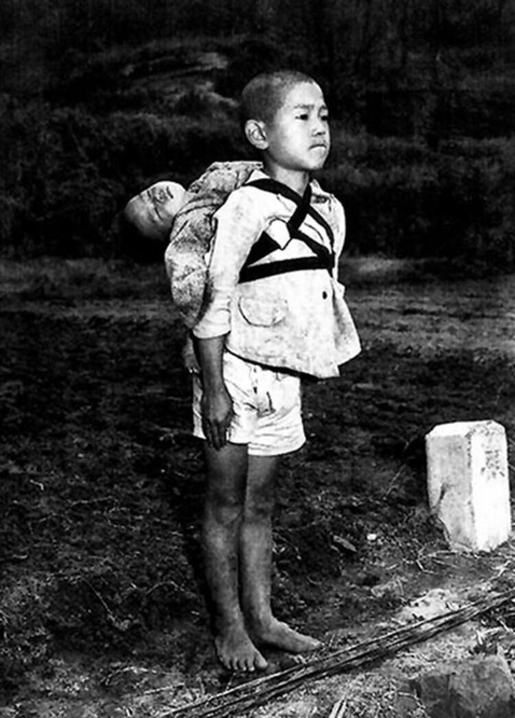 Japon çocuk, sırtında  ölmüş kardeşiyle hazırolda
