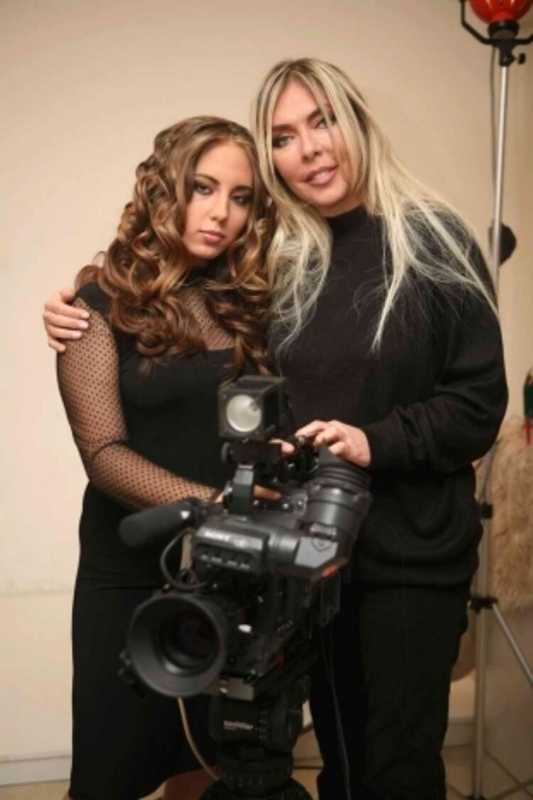 Ahu Tuğba ve kızı Ajelbegü Ahu Anjelik Alejnatij