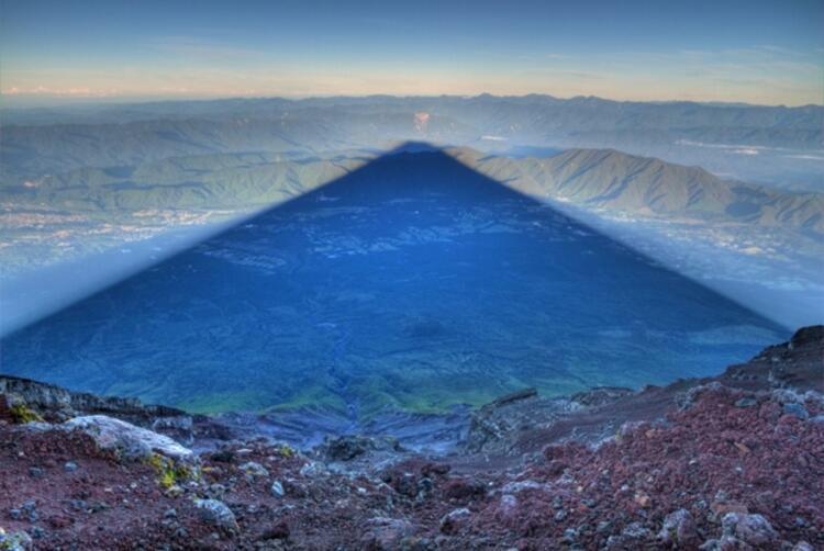 Fujiyama Dağı'nın 15 mil uzunluğunda gölgesi - Japonya