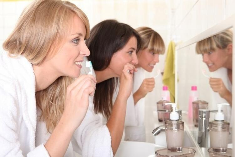 1. Her gün en az iki kere düzenli diş fırçalayın