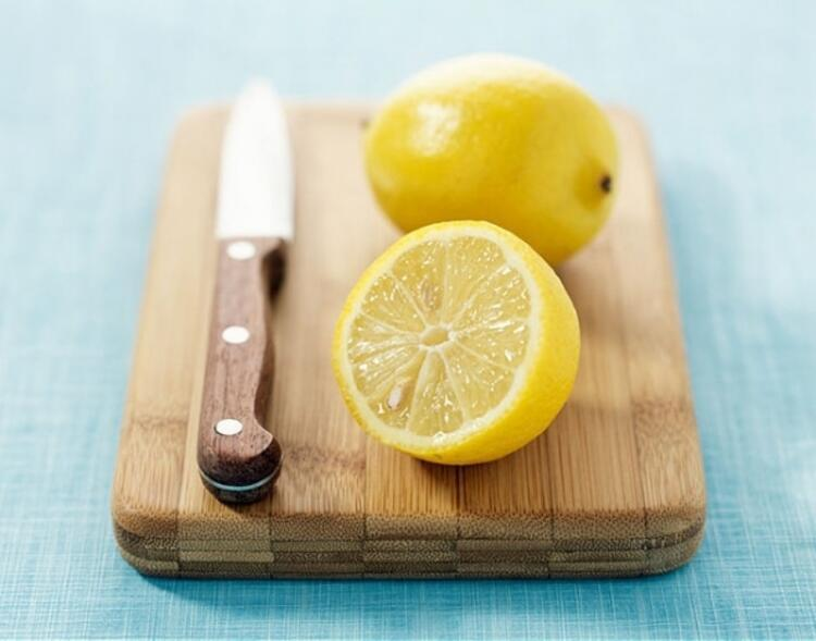 Kesme tahtasında limon etkisi