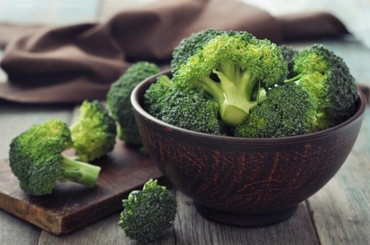 Yeşil yapraklı sebzeler sofraya