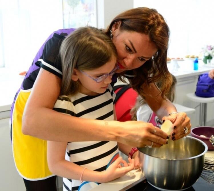 Pınar Altuğ Atacan ve kızı Su