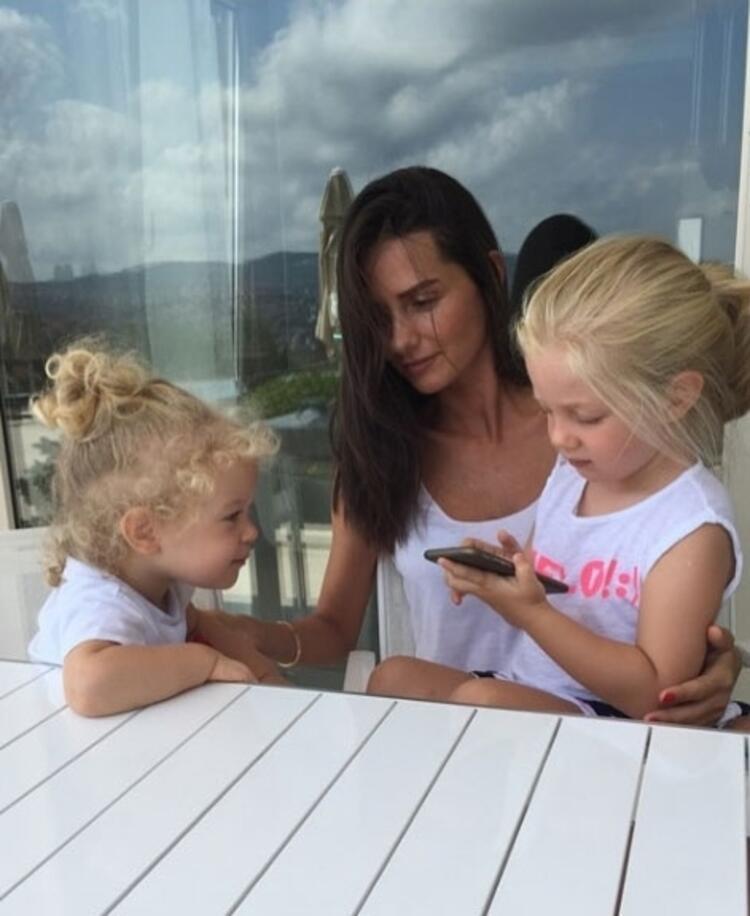 Yasemin Özilhan ve kızları Ela&Emine