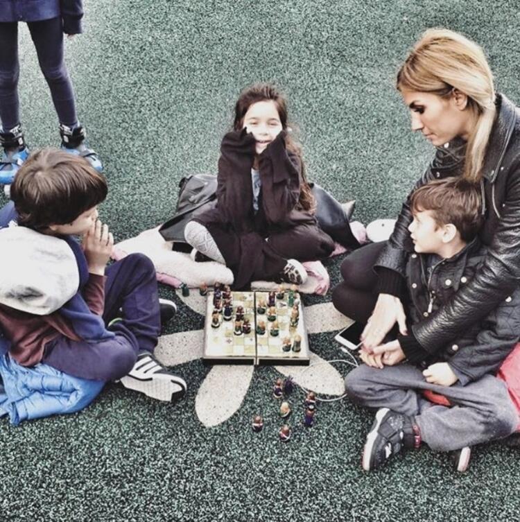 ÇAĞLA ŞIKEL - Çok sıkı satranç oynarım, ya bunlar nasıl tatlı, kimi parkta kaydırır kendini kimi top peşinde koşmaktan yorulup satranç oynar... Bunlar dünya tatlısı yaaa... Okulun bahçesi öyle saf öyl
