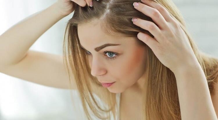Kirli saçlara kuru şampuan görevi uygular